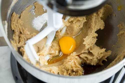Agregar el huevo y la vainilla a la mezcla en la batidora de pie.