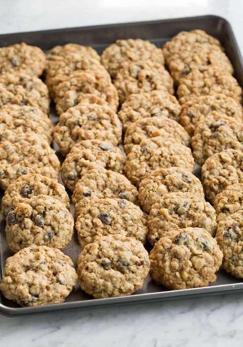 Lote entero de galletas de avena en una bandeja para hornear en filas después de enfriar.
