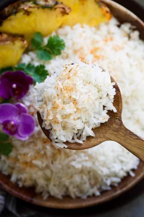 Ciérrese encima de la imagen del arroz de coco adornado con el coco tostado.