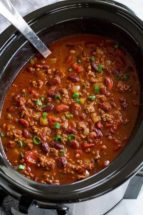 Gran lote de chile en una olla de cocción lenta.