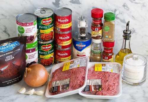 Ingredientes necesarios para hacer el chile que se muestra aquí.