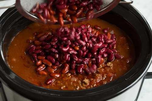 Agregar frijoles al chile después se ha cocinado a fuego lento durante 5 a 6 horas.