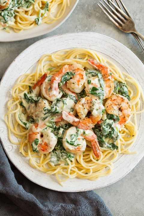 Camarones cremosos con espinacas y parmesano
