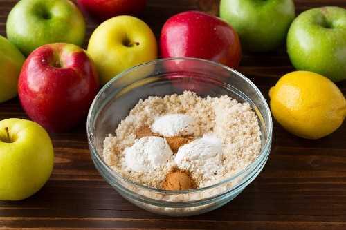 Mezclar la mezcla de azúcar y harina en un tazón pequeño de vidrio para rellenar el pastel de manzana.
