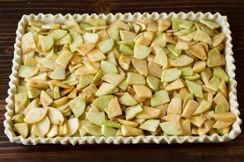 Relleno de manzana agregado a la capa de corteza para pastel de manzana.