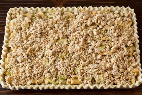 Cobertura de miga agregada a la tarta de manzana.