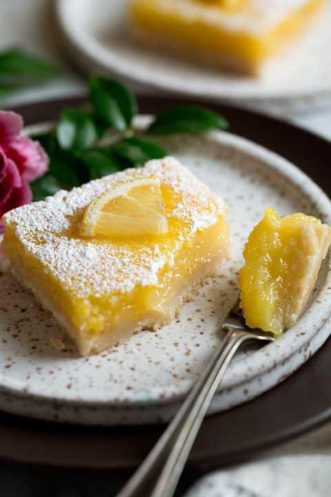 Barra de limón en el plato de postre con mordida eliminada para mostrar la textura.