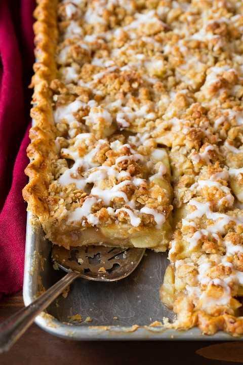 Sacar una rebanada de pastel de manzana en una bandeja para hornear.
