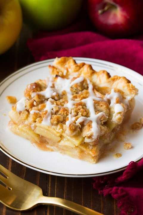 Sola rebanada de pastel de manzana en un plato de postre pequeño.