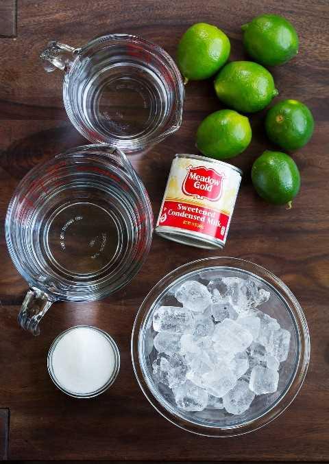 Limeade brasileña Ingredientes limas frescas azucarada leche condensada azúcar agua hielo