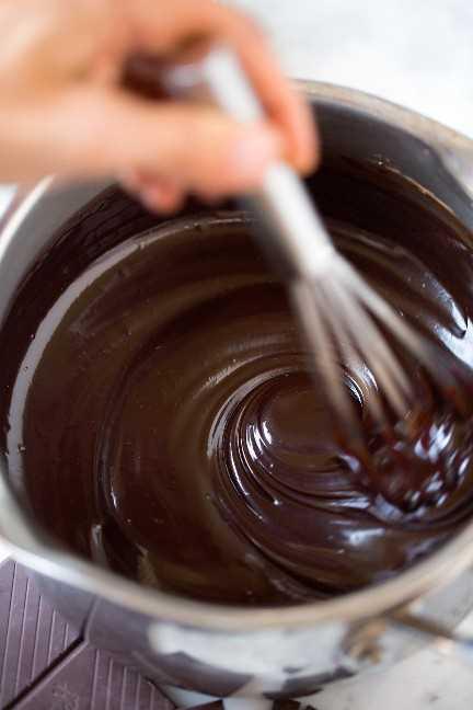 batir la salsa de chocolate caliente en una cacerola