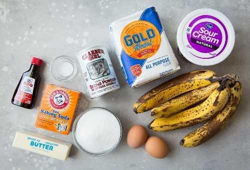 ingredientes caseros de pan de plátano sobre una superficie gris