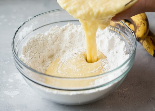 ingredientes húmedos e ingredientes secos que se incorporan para el pan de plátano