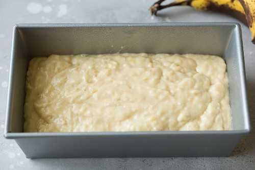 mezcla de pan de plátano vertido en pan