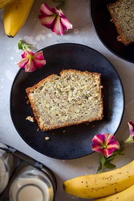 rebanada individual de pan de plátano en un plato pequeño