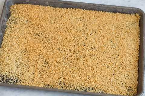 Mostrando cómo tostar panko en una bandeja para hornear.