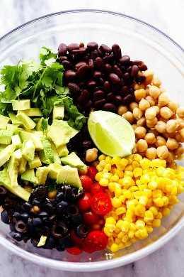 ingredientes de la ensalada de garbanzos del sudoeste en un tazón
