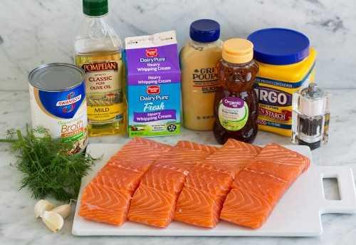 Ingredientes para el salmón que se muestran aquí. Filetes de salmón, ajo, eneldo, caldo de pollo, aceite de oliva, crema, dijon, miel y maicena.