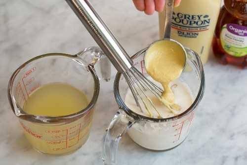 Mezclar dijon en crema en una taza medidora para hacer la salsa de salmón.