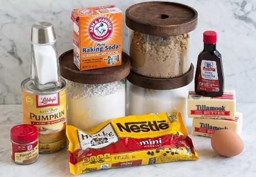 Ingredientes de las barras de calabaza con chispas de chocolate que se muestran aquí sobre una superficie de mármol