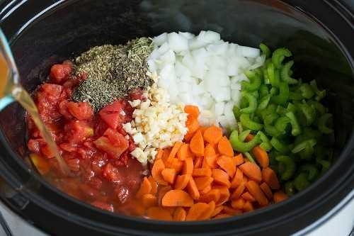 Mostrando como fazer uma sopa minestrone. Adicione os legumes à panela junto com o caldo.