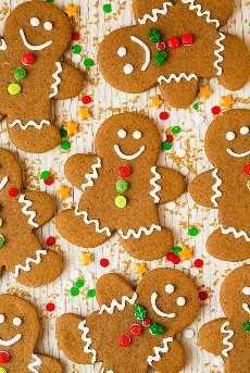 Imagen de arriba de ocho galletas de hombres de pan de jengibre.