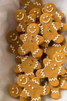 Mini gingerbread men cookies en una lata de regalo.