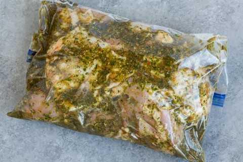 Remojar los trozos de pollo en una bolsa con cierre con adobo.