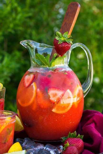 jarra grande de limonada de fresa adornada con fresa fresca