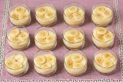 Copos de torta de creme de banana com molho de caramelo salgado | Cozinha elegante