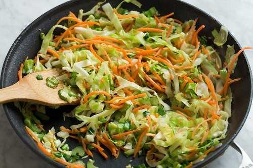Salteado de verduras en una sartén para chow mein.