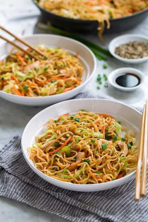 Pollo Chow Mein en tazones para servir.