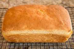 hogaza de pan sin gluten en una rejilla
