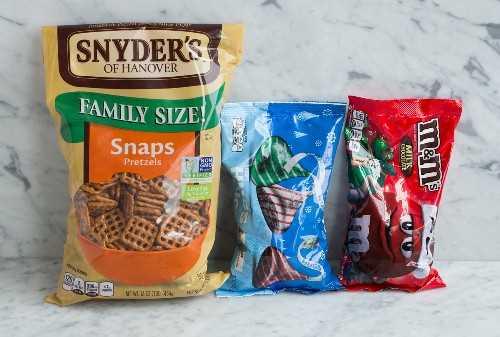 Los ingredientes para los pretzel m & m abrazos se muestran aquí.