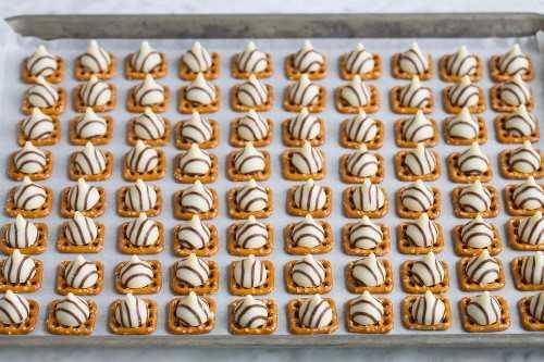 Agregar abrazos a los pretzels en una bandeja para hornear.