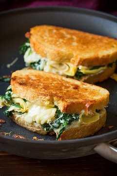 Dos sándwiches de queso a la parrilla en una sartén.