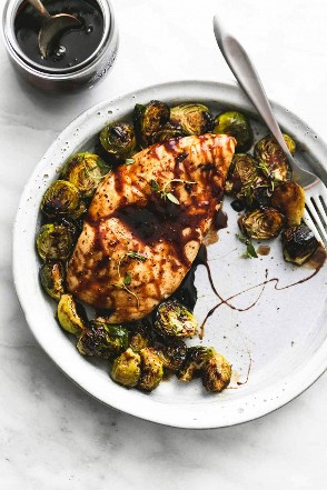 Sartén con miel, pollo balsámico y coles de Bruselas