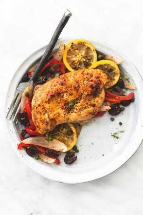 Cena de pan griego al horno con pollo y verduras
