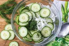 Ingredientes de ensalada de pepino en un recipiente de vidrio.