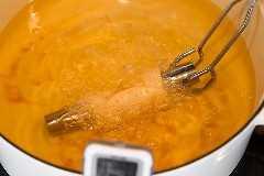 Freír la masa de cannoli en aceite antes de rellenar con relleno de cannoli