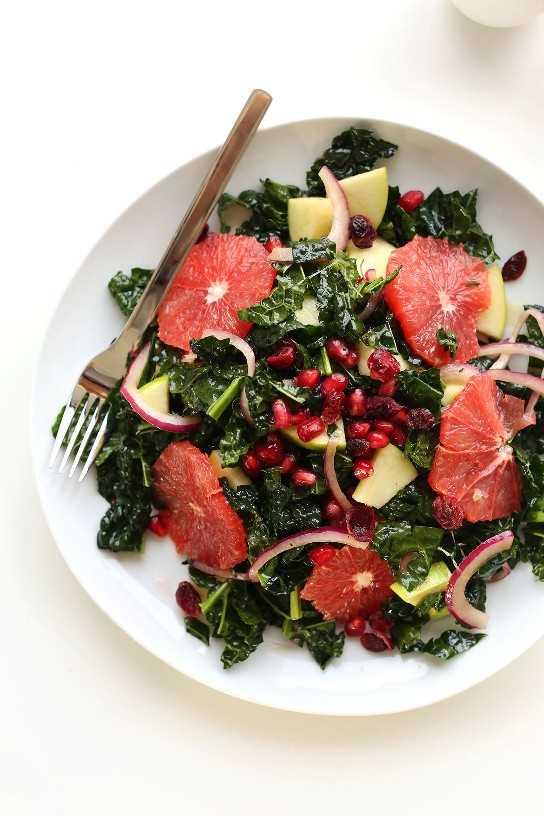 Gran plato de nuestra receta vegana sin gluten de ensalada de col rizada cítrica