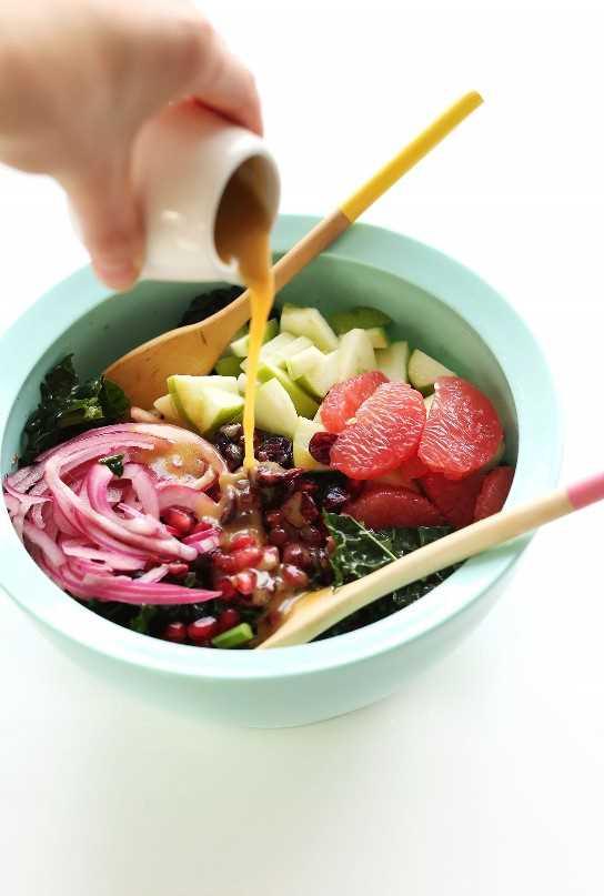 Verter una simple vinagreta de vino tinto en nuestra saludable ensalada Citrus Kale