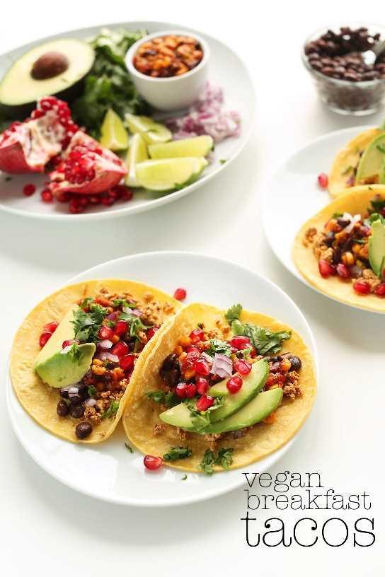 Tacos veganos de desayuno con tofu, granada, aguacate y cilantro