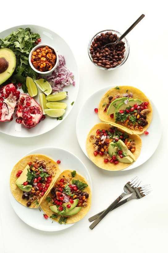 Platos de tacos de desayuno saludables para una comida vegana abundante