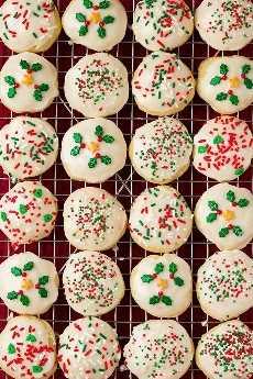 Imagen aérea de ricotta Cookies en filas sobre una rejilla para enfriar.
