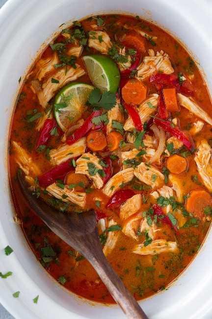 Una foto aérea de Slow Cooker Thai Chicken Curry en una olla de cocción lenta