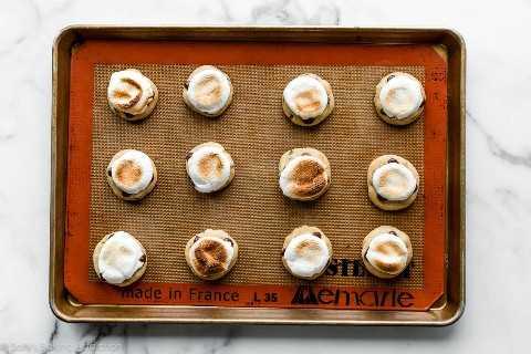galletas de chispas de chocolate con malvaviscos tostados en la parte superior