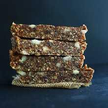 Pila de barras de fecha caseras veganas sin gluten de tarta de manzana
