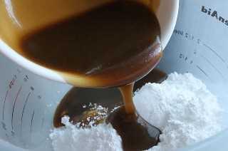 Agregue caramelo al azúcar en polvo en un tazón
