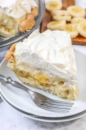 Una rebanada de pastel de crema de plátano en un plato.
